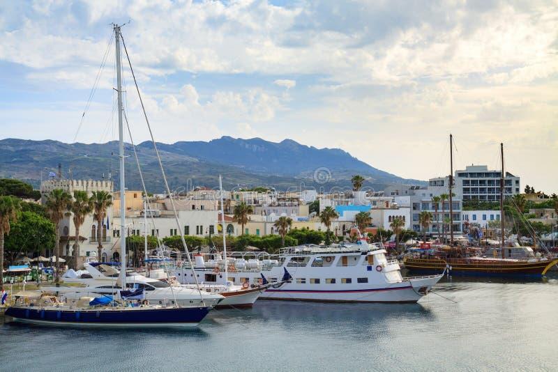 乘快艇小游艇船坞和Kos镇轮渡码头  免版税库存照片