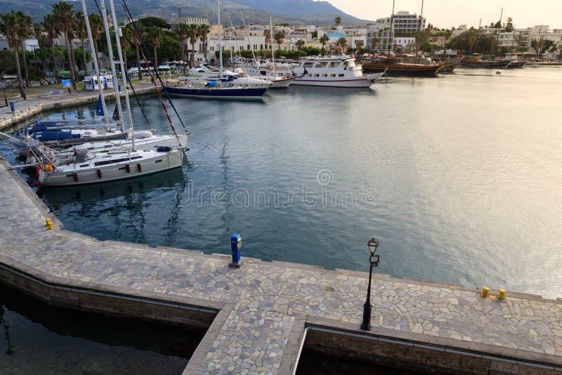 乘快艇小游艇船坞和Kos镇轮渡码头  库存图片