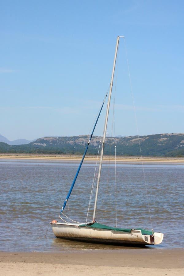 乘快艇浪潮河肯特出海口, Arnside,英国边缘  图库摄影