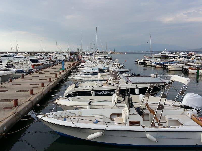乘快艇的小船停泊了在阿格罗波利港  免版税库存图片