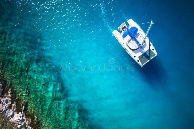 乘快艇航行的惊人的看法在公海大风天 寄生虫视图-鸟眼睛角度 免版税库存图片