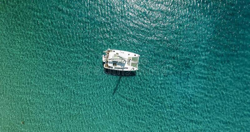 乘快艇航行的惊人的看法在公海大风天 寄生虫vi 免版税库存图片