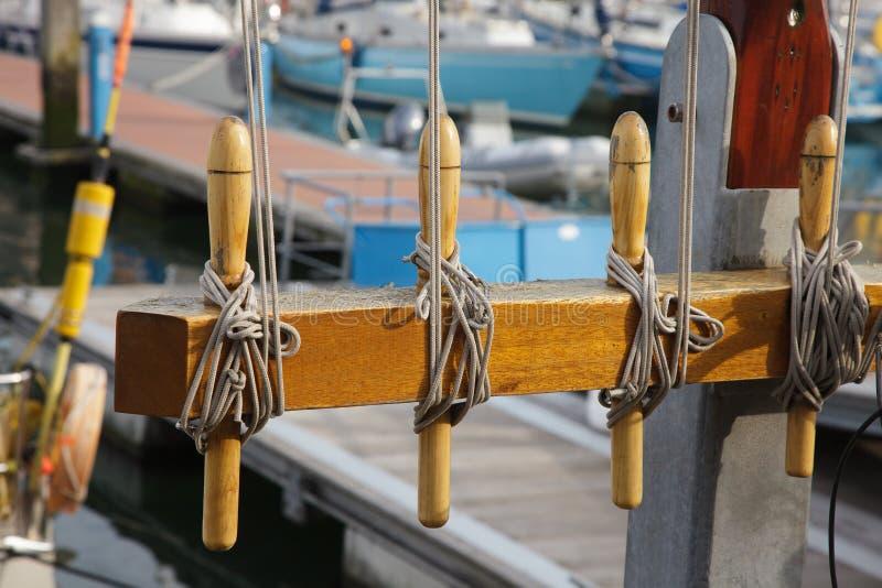 乘快艇被栓被打结的北部船坞小船海口天蓝色海背景日落口岸荷兰风船站点结绳索绳子绳索停泊 免版税库存图片