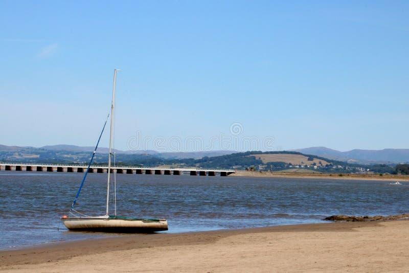 乘快艇,河肯特, Arnside高架桥, Cumbria 免版税库存照片