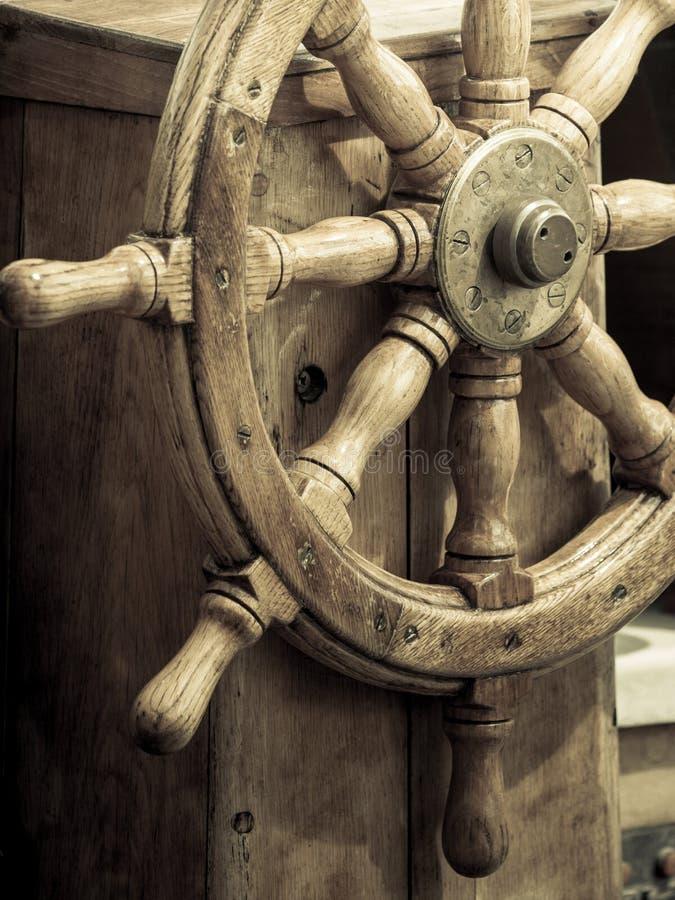 乘快艇 船木方向盘 风船细节 库存照片