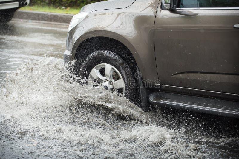 乘汽车飞溅,它审阅洪水 免版税库存图片