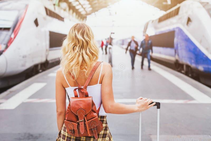 乘火车,带着手提箱的妇女乘客旅行 免版税库存图片