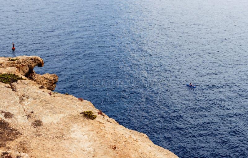 乘独木舟在兰佩杜萨海的夫妇 库存图片