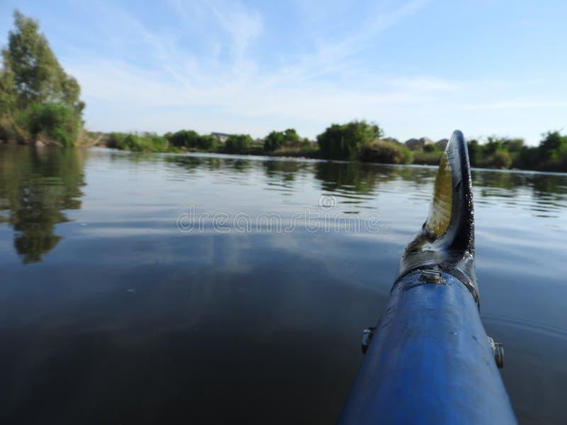 乘独木舟在有平静的一条河仍然浇灌 库存照片