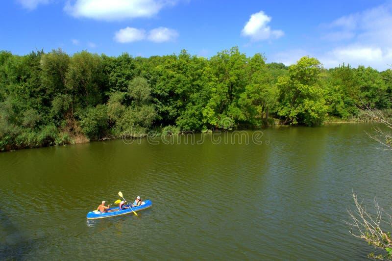 乘独木舟在河的家庭 库存照片