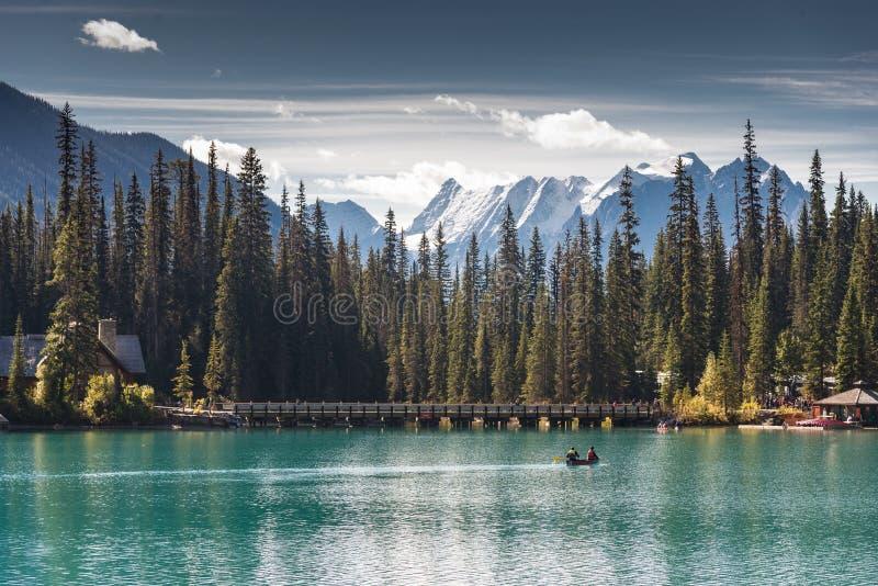 乘独木舟在鲜绿色湖 免版税库存照片