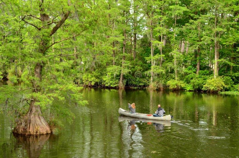 乘独木舟在Greenfield湖的夫妇 免版税图库摄影