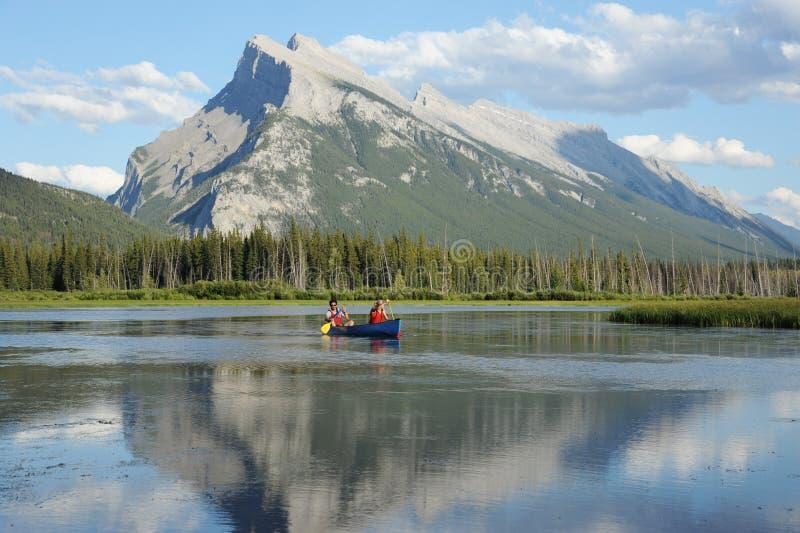 乘独木舟的夫妇 图库摄影