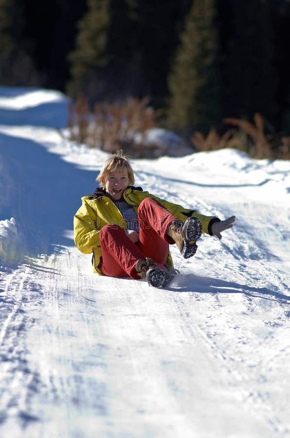 乘驾路雪妇女 库存照片
