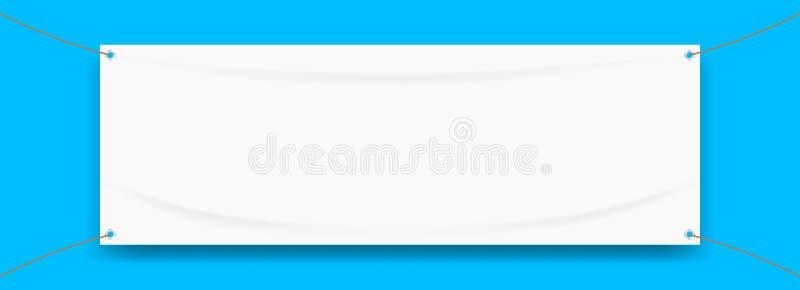乙烯基横幅在蓝色背景隔绝的空白白色,织物的白色嘲笑空为横幅广告立场垂悬 库存例证