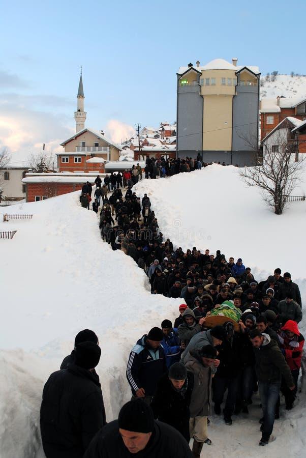 九个家庭成员葬礼和埋葬由于雪崩- Dragash 库存图片