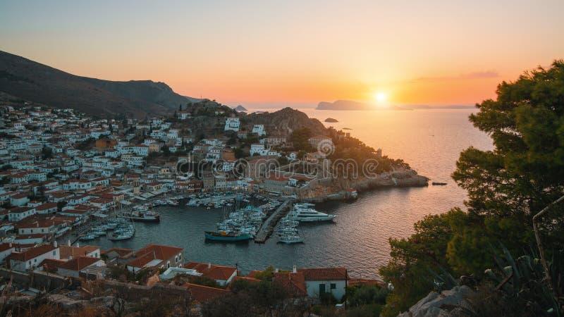 九头蛇海岛的小游艇船坞看法在微明下 爱琴海希腊海运 旅行 图库摄影