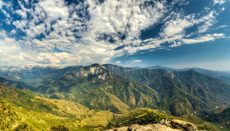也区加利福尼亚峡谷圆顶森林查找了巨型花岗岩国王大莫罗国家公园岩石美国加州红杉视图 免版税图库摄影