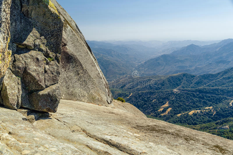 也区加利福尼亚峡谷圆顶森林查找了巨型花岗岩国王大莫罗国家公园岩石美国加州红杉视图 库存图片