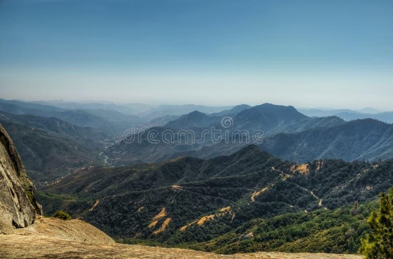 也区加利福尼亚峡谷圆顶森林查找了巨型花岗岩国王大莫罗国家公园岩石美国加州红杉视图 库存照片