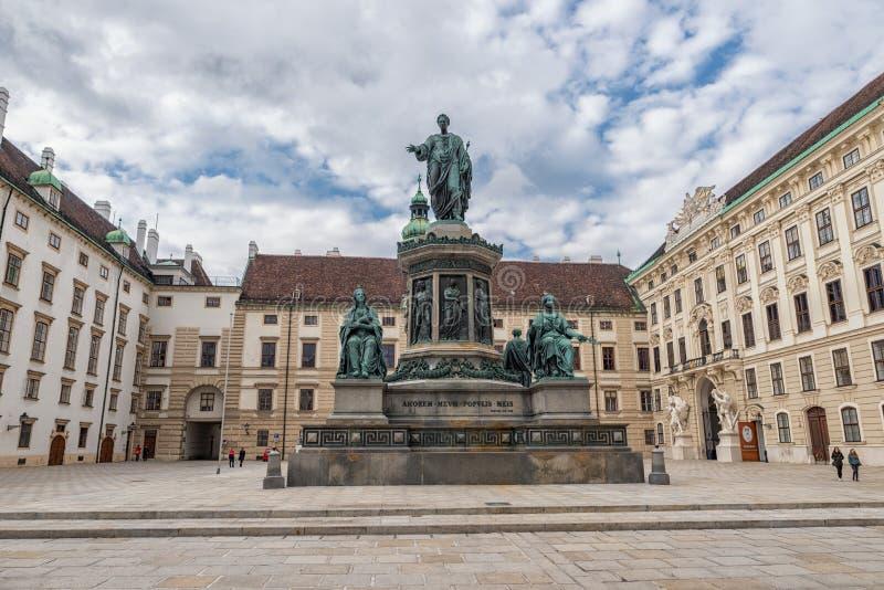 维也纳,奥地利-双十国庆, 2016年:弗朗西斯雕象II,奥地利的神圣罗马帝国皇帝列表,然后皇帝,匈牙利的使徒国王 图库摄影