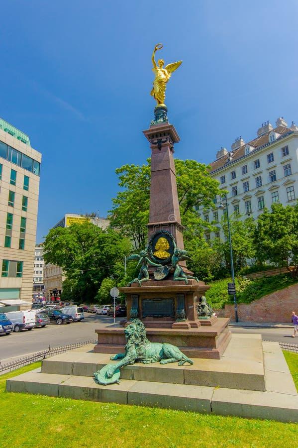 维也纳,奥地利- 2015年8月11日, :利本伯格纪念碑,与金黄人的壮观的高雕象在上面 库存照片