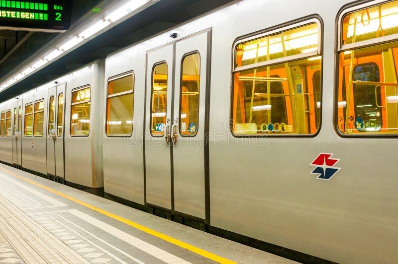 Download 维也纳,奥地利- 2015年10月20日:在Hutteldorf S的地铁 图库摄影片 - 图片 包括有 乘客, 无盖货车: 62539507