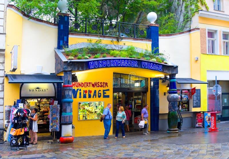 维也纳,奥地利- 2014年7月31日:游人在维也纳,奥地利临近著名Hundertwasser村庄 佛登斯列・汉德瓦萨是  库存照片