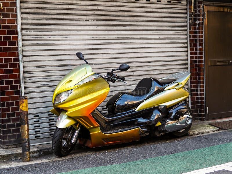 习惯日本脚踏车滑行车摩托车在东京 免版税库存照片