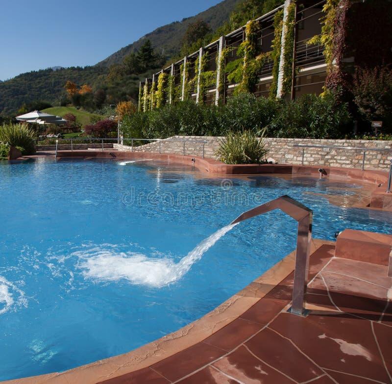 习惯游泳池和藤报道了手段 免版税库存照片