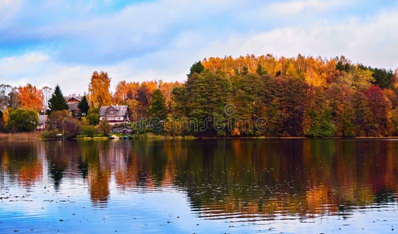乡下一个湖的银行的秋天房子在特拉凯 免版税库存图片