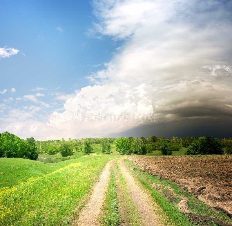 乡下公路和暴风云 免版税库存图片