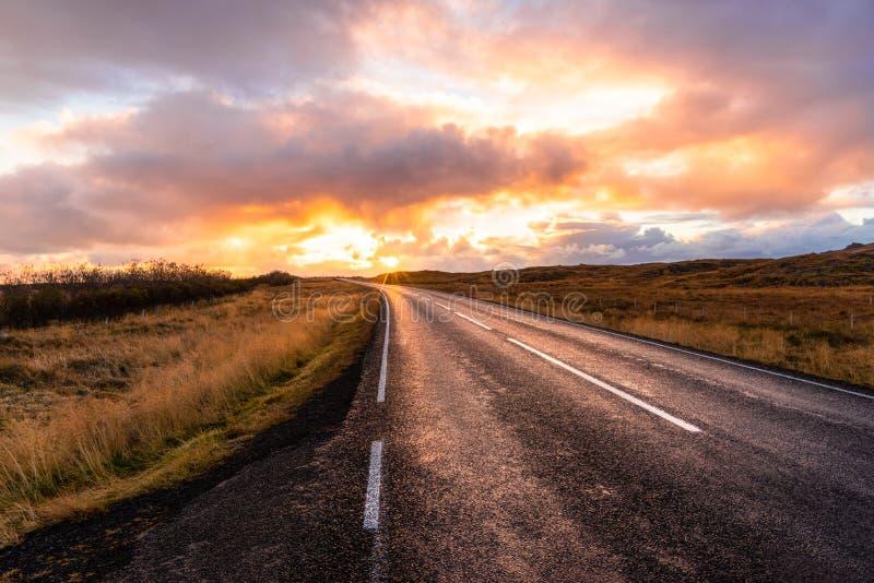 乡下公路在日落的冰岛 免版税库存照片