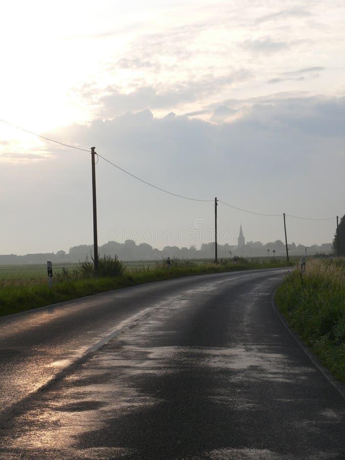 乡下公路在早晨微明下 免版税库存照片