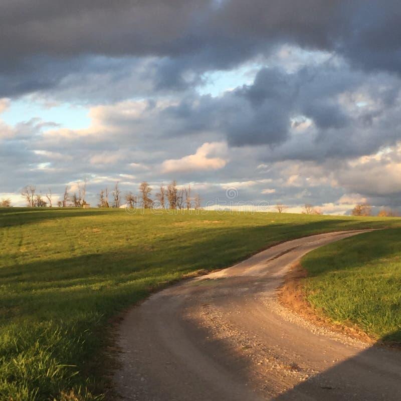 乡下公路在秋天太阳 免版税库存图片