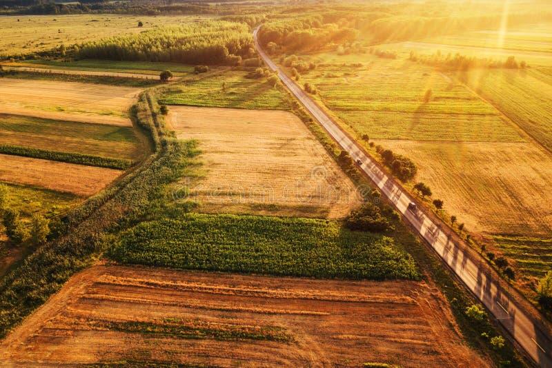 乡下和领域美好的鸟瞰图在日落 图库摄影