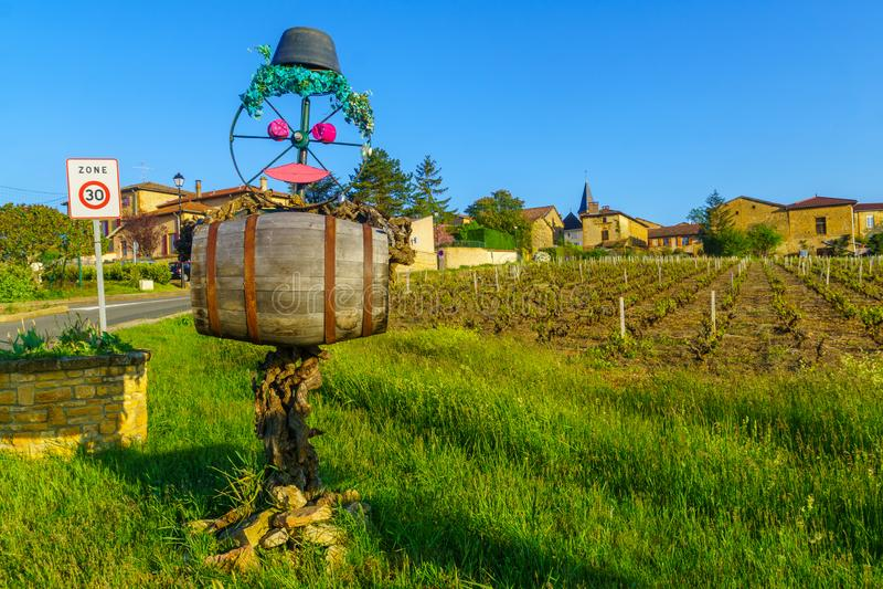 乡下在博若莱红葡萄酒,有稻草人和村庄波动波栅的 库存图片