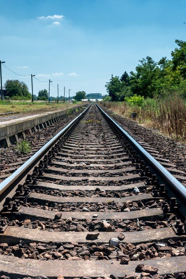 乡下在驻地的铁轨与平台 库存照片