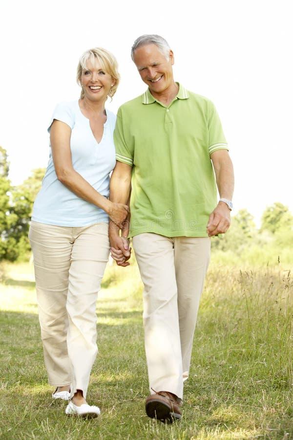 乡下夫妇成熟走 免版税库存照片