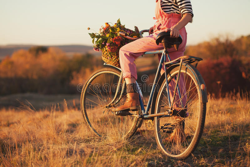 乡下的国家骑自行车的人 免版税库存图片