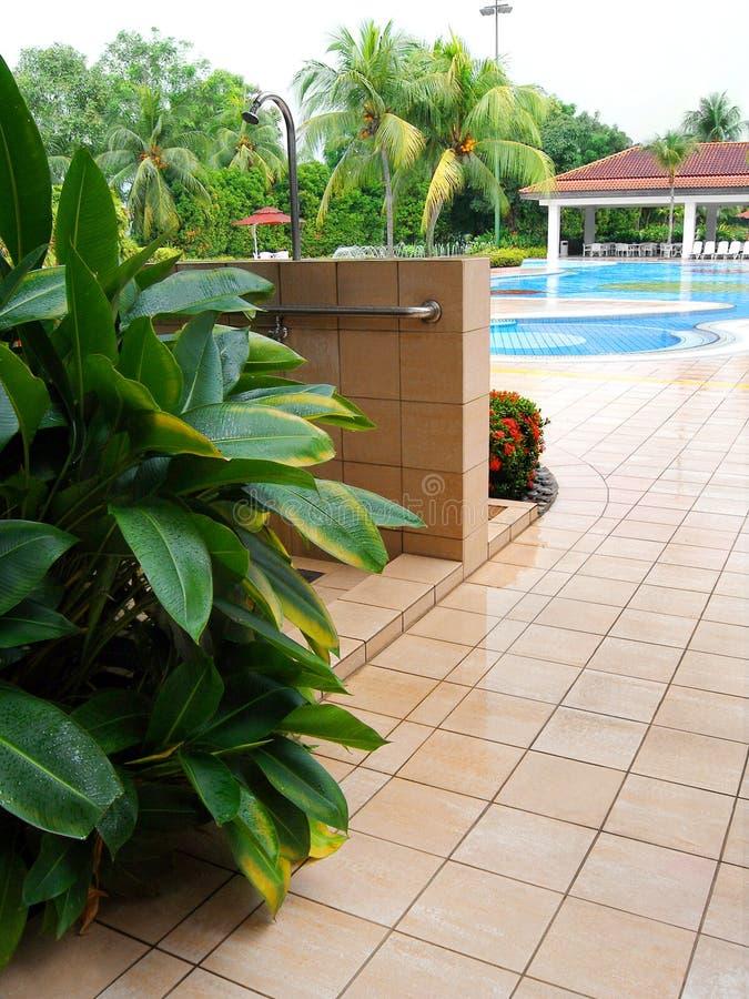 乡村俱乐部游泳池周围阵雨 免版税库存图片