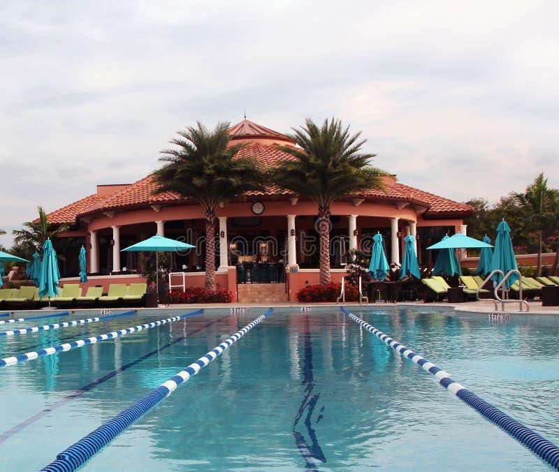 乡村俱乐部游泳池 库存图片