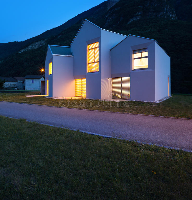 乡间别墅在夜之前 免版税库存照片