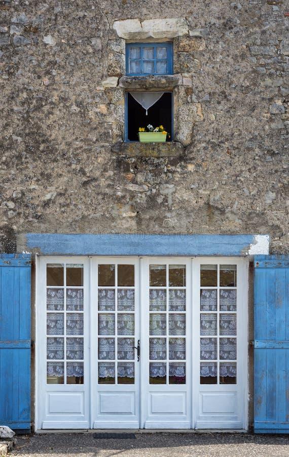 Download 乡间别墅门面 库存照片. 图片 包括有 美丽如画, 村庄, 绽放, 蓝色, 外面, 庭院, 设计, 绿色 - 72371784