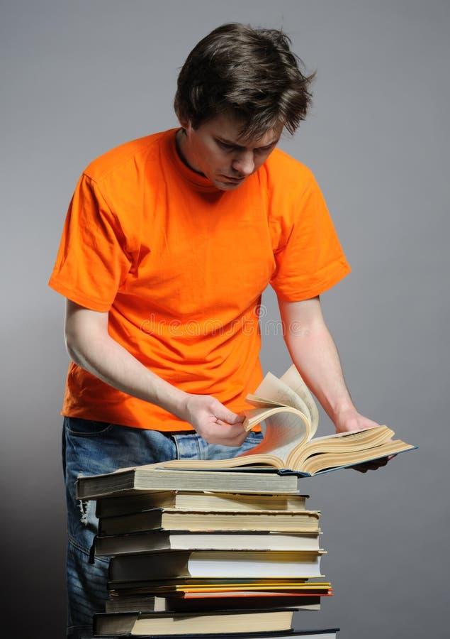 Download 书人 库存图片. 图片 包括有 当代, 欧洲, 偶然, 人们, 橙色, 人员, 读取, 发茬, 图书馆, 不整洁 - 15693527