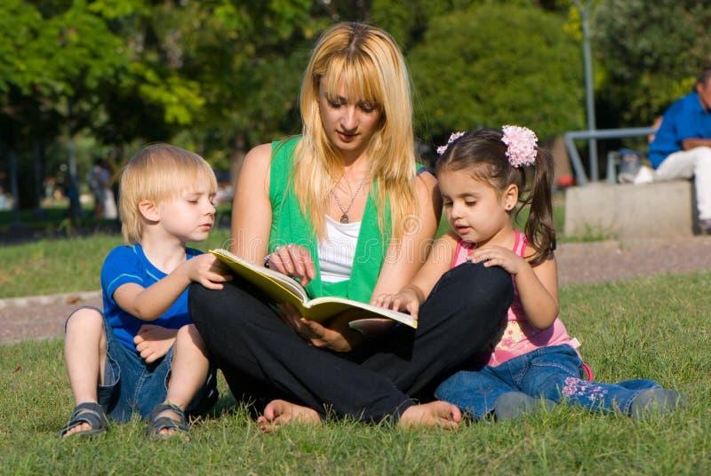 书儿童沼地母亲读 库存照片