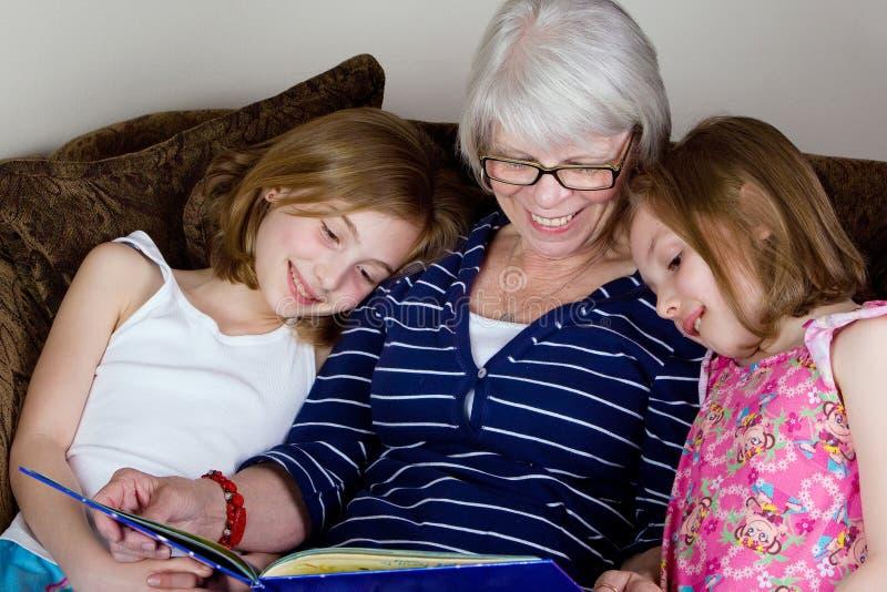 书全部祖母开玩笑读取 免版税库存图片