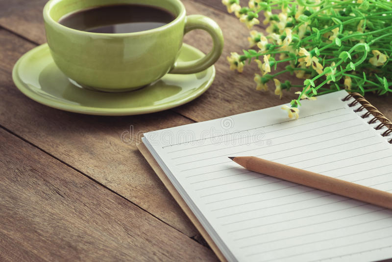 书写与书和咖啡杯在木桌,葡萄酒样式上 图库摄影