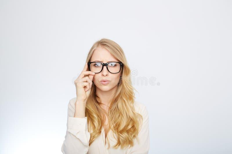 戴书呆子眼镜的女孩 查出在白色 免版税库存图片