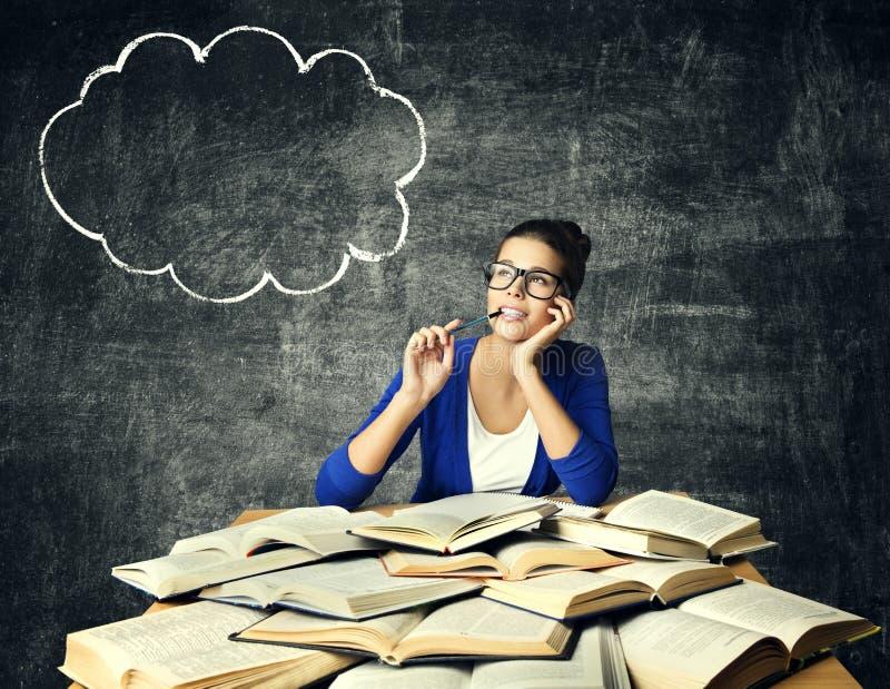 书和想法的妇女,学生女孩读书学习参考书,在黑板的泡影 免版税库存图片
